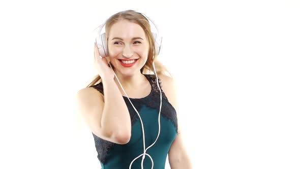 Thumbnail for Beauty Woman Musik hören in Kopfhörer