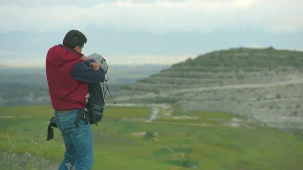 Thumbnail for Guy Abnehmen Schwere Rucksack Atmung frische Luft genießen erstaunliche Landschaft