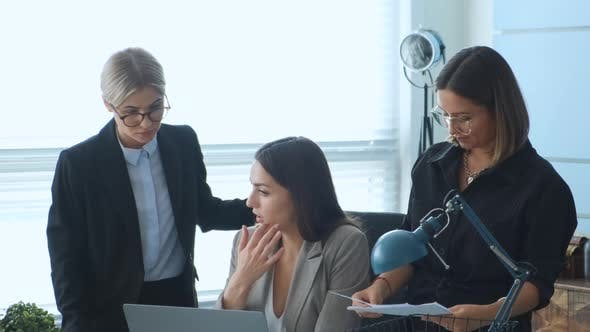 Thumbnail for Weibliche kaukasische professionelle Marketingmanagerin Executive Teaching junge Praktikantin