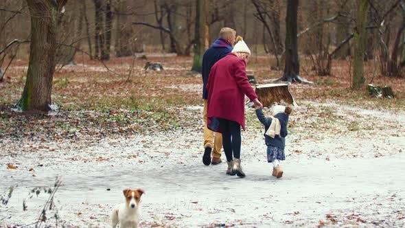 Familie mit einem Kind im Park spazieren