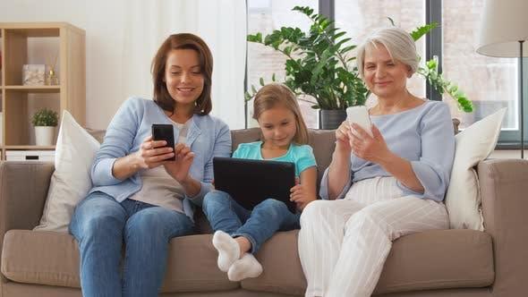 Thumbnail for Mutter, Tochter und Großmutter mit Gadgets 52