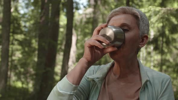 Porträt der alten Frau genießen Tee im Freien