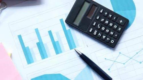 Finanzdiagrammrechner und Notizblock auf dem Tisch