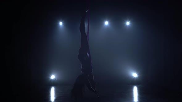 Thumbnail for Girl Aerial Gymnast Darstellend auf einer Seide in einer Zirkusbühne. Spannende Akrobatische Show. 074