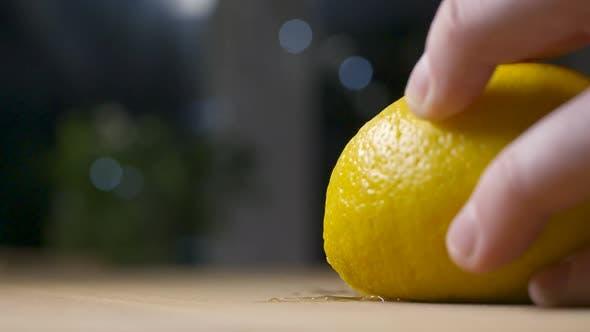 Schneiden von frischem Sprühen Zitrone