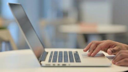 Hände eines afrikanischen Mannes mit Laptop Cursor Close Up