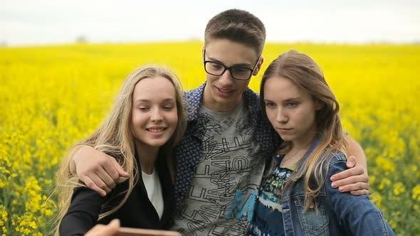 Thumbnail for Teenager Freunde posieren und nehmen Selfies