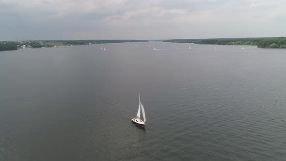 Segelboote auf Wasseroberfläche