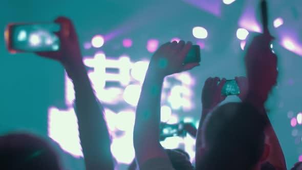 Musikfans machen Videos mit Zellen beim Konzert