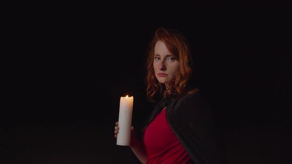 Thumbnail for Zauberin, die Kerze im Freien bei Nacht aussetzt
