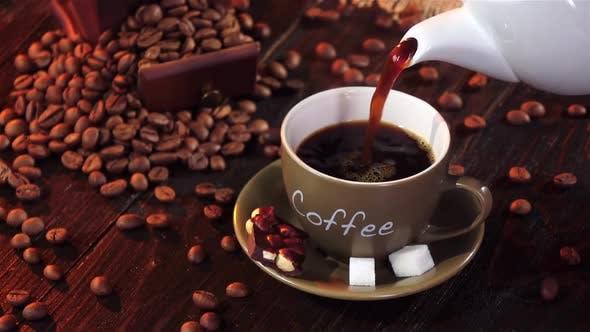 Heißer Espresso mit einem kleinen Stück Schokolade mit Nüssen