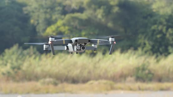 Thumbnail for Drohne mit Video amera fliegen im Freien