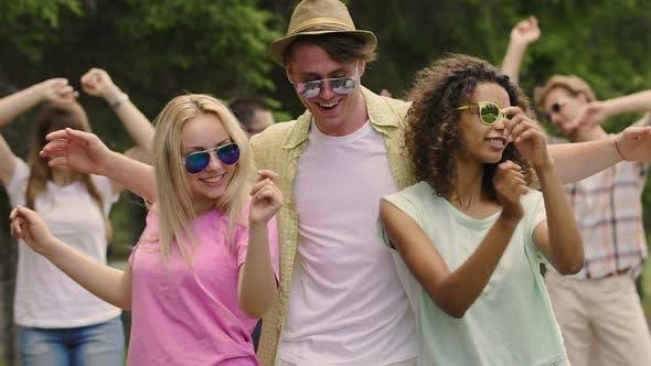 Thumbnail for Happy gutaussehender Mann Tanzen mit flirty schöne Damen bei outdoor-Sommer-Party