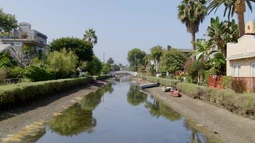 Luftaufnahme eines Kanals, der durch ein Wohngebiet in der Stadt führt