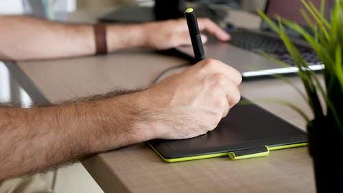 Man Hand Zeichnen mit einem Digitalisierer Digital Tablet
