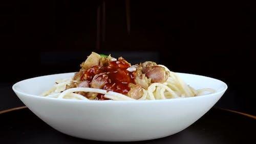 Pasta mit Fleisch und Sauce