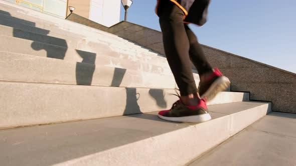 Thumbnail for Unerkennbarer Mann läuft Treppen hinauf