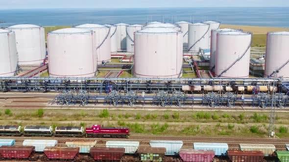 Thumbnail for Ein Güterzug bewegt sich durch die Ölraffinerie am Seashore