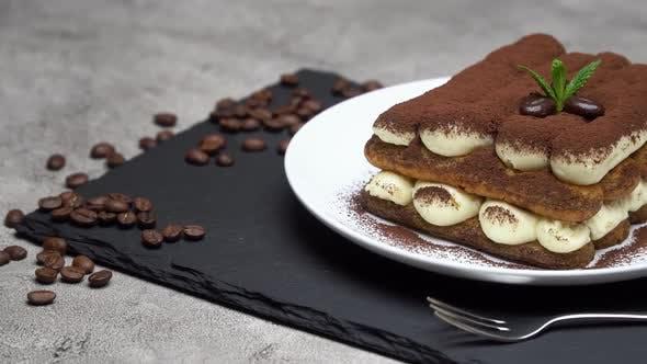 Thumbnail for Klassisches Tiramisu Dessert auf Keramikplatte auf Betonuntergrund