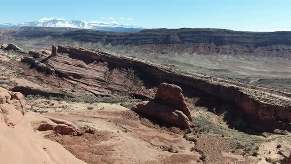 Drohne fliegt über die schönen roten Klippen des Grand Canyon in Arizona USA