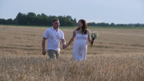 Thumbnail for Schönes Paar mit Schwangere Frau in Wald