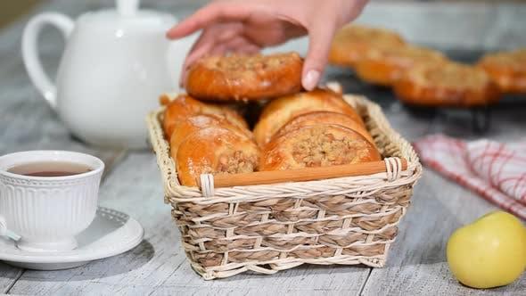 Thumbnail for Frische hausgemachte offene Pasteten mit Apfel und shtreyzelem - traditionelle russische Backen
