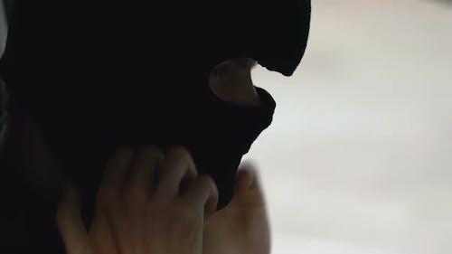Bewaffneter Mann in Gesichtsmaske wird Verbrechen begehen, Mord-for-Hire, Attentat