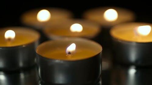 Brennende Kerzen in der Kirche Nahaufnahme, Religion und Glauben, beten für die Seele