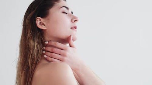 Hautpflege-Behandlung Frau berührt nackte Schulter