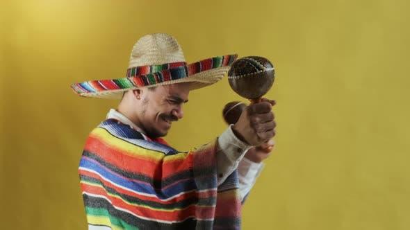 Junger Mexikaner Mit Schnurrbart Isoliert Auf Gelb