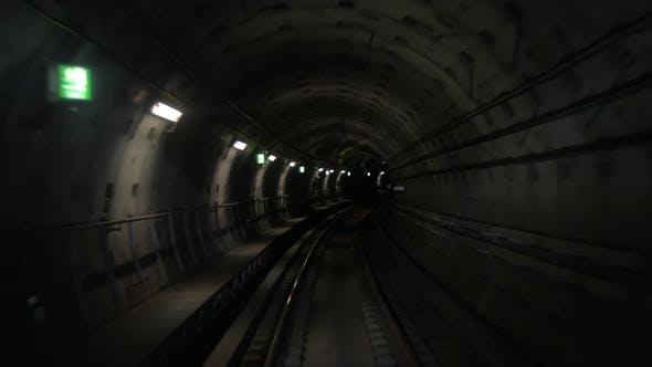 Sich entlang des Metrotunn