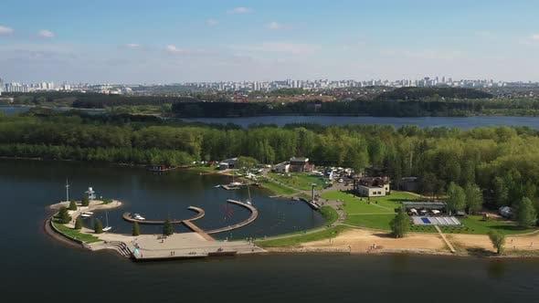 Blick von der Höhe des Yacht Clubs auf das Minsker Meer oder den Zaslavsky Reservoir bei Minsk
