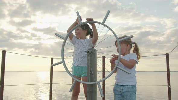 Thumbnail for Kinder am Ruder des Schiffes. Glückliche Kindheit