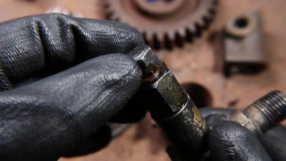 Thumbnail for Muttern und Bolzen Maschinenteil in Händen