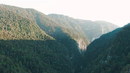Eine atemberaubende Passage in der Schlucht der Berge zwischen den mächtigen Klippen überwuchert