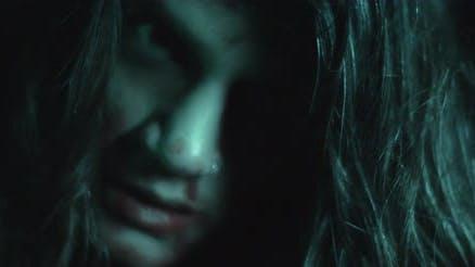 Schreckende gruselige Zombie-Frau mit weißen Augen und beängstigend aussehen. Horror-Stilaufnahme
