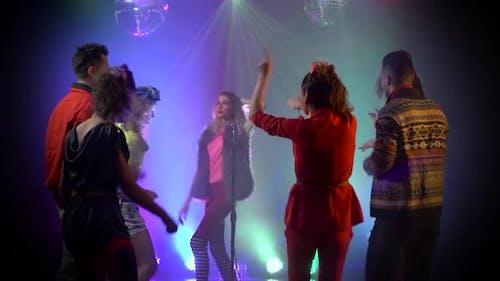 Club Retro Musik Mädchen singt um Menschen tanzen zu singen