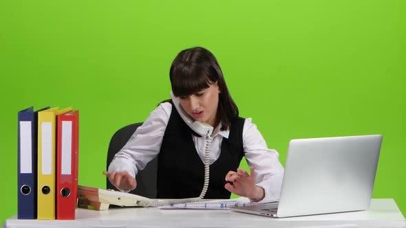 Девушка занята работой работа девушке моделью окуловка