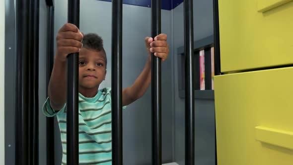 Kid Prisoner versucht aus dem Gefängnis zu entkommen