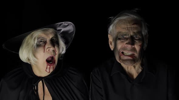 Ältere Mann und Frau in Halloween-Kostümen. Hexe und Zombie