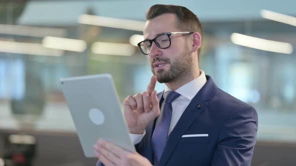 Thumbnail for Video anruf auf Tablet von Geschäftsmann mittleren Alters