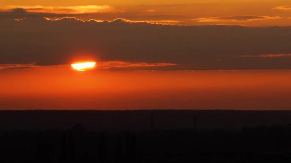 Thumbnail for Schöner klarer großer Sonnenuntergang, über dem Horizont mit Wolken