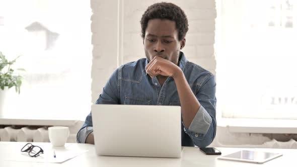Thumbnail for Nachdenkliche afrikanische Mann arbeitet auf Laptop