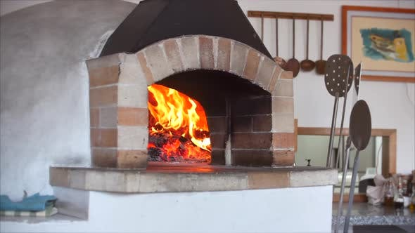 Zeitlupe der Kamera auf einem Slider-Rahmen Wie in einem Pizzaofen brennt frisch gebackenes Brennholz