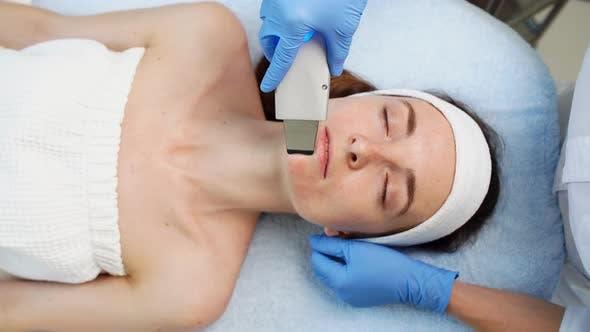 Medizinisches Werkzeug zur Verjüngung. Effektive Reinigung der Haut.