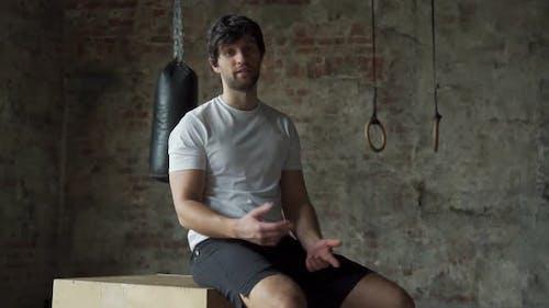 Professioneller Bodybuilder-Mann-Lehrer, der bei Kamera-Motivation für den Sport im Fitnessstudio spricht