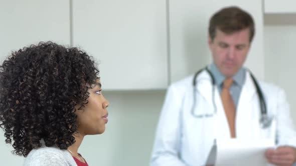 Arzt und Patient in Arztpraxis