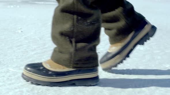 Thumbnail for Schneeschuhe gehen über einen schneebedeckten Boden.