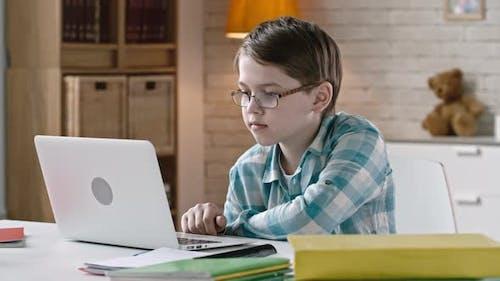 Kind im Internet surfen