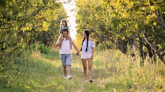 Familienwanderungen im Garten Junges Mädchen auf Väterschultern